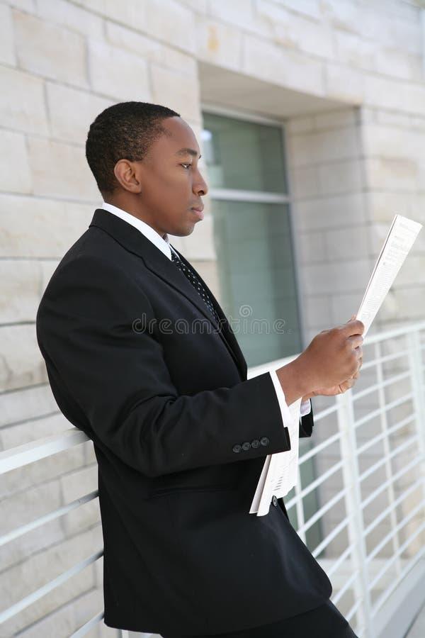 чтение бизнесмена стоковые фото