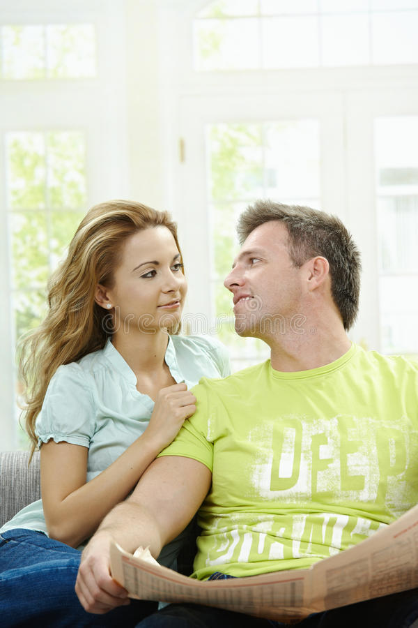 чтение весточки влюбленности пар стоковое фото rf