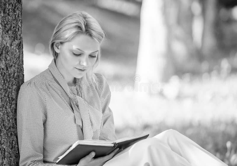 Чтение воодушевляя книг Книги списка бестселлера верхние каждая девушка должна прочитать Ослабьте отдых концепция хобби Самая луч стоковые фото