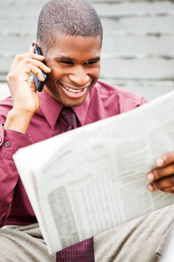 чтение газеты бизнесмена стоковое изображение