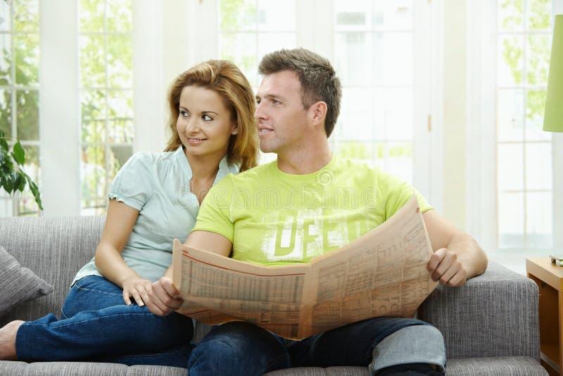 чтение газеты пар стоковые фотографии rf