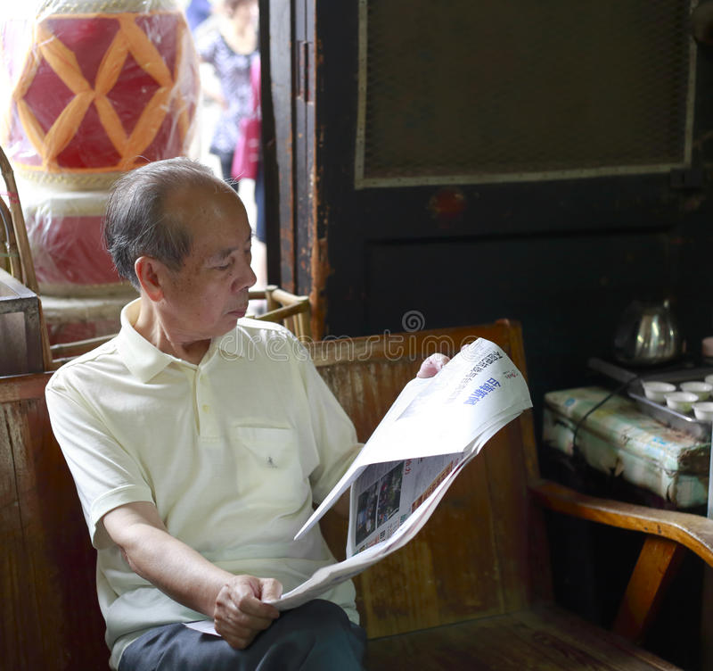 чтение газеты человека старое стоковое изображение rf