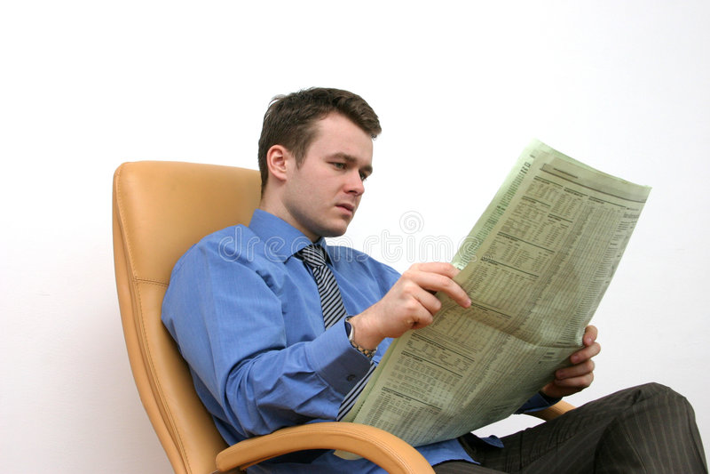 чтение газеты стоковые фотографии rf