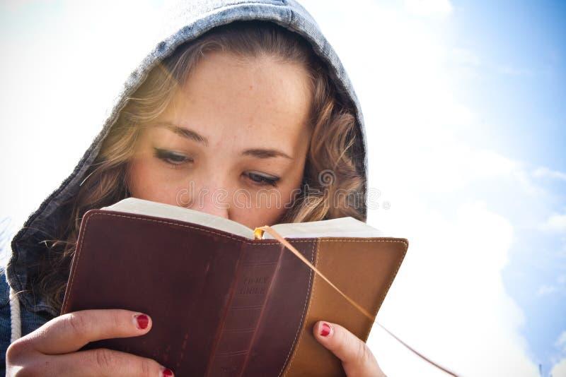 чтение девушки библии стоковые изображения