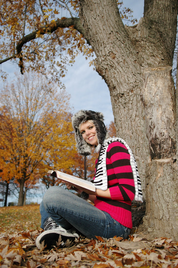 чтение девушки библии стоковая фотография rf