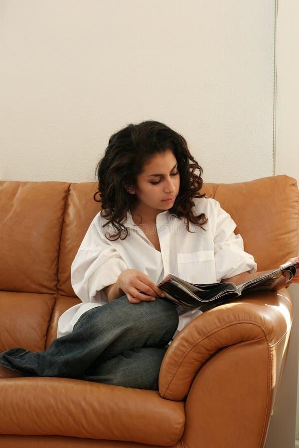 чтение девушки домашнее стоковое изображение rf