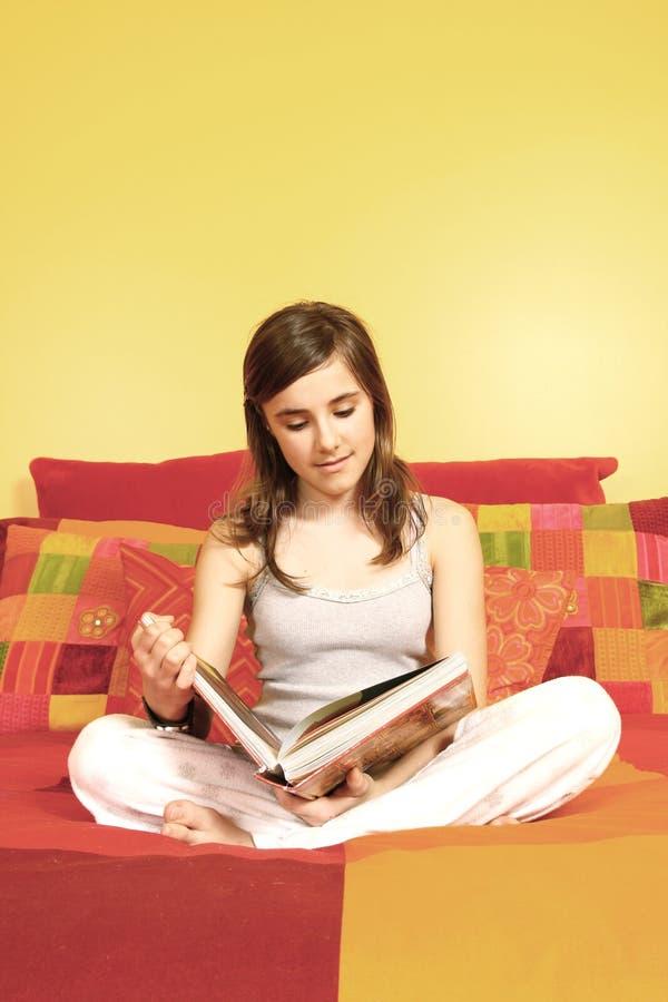чтение девушки книги стоковая фотография rf