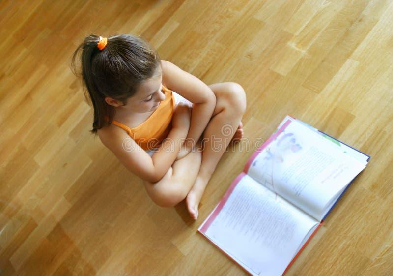 чтение девушки стоковая фотография