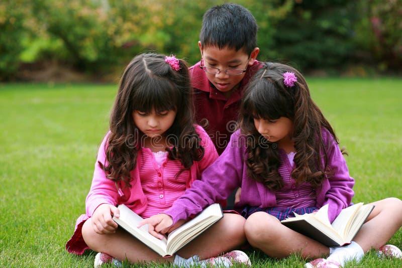 чтение детей разнообразное стоковая фотография rf