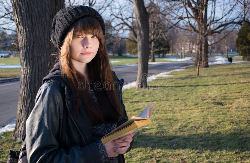 чтение 2 девушок стоковая фотография rf