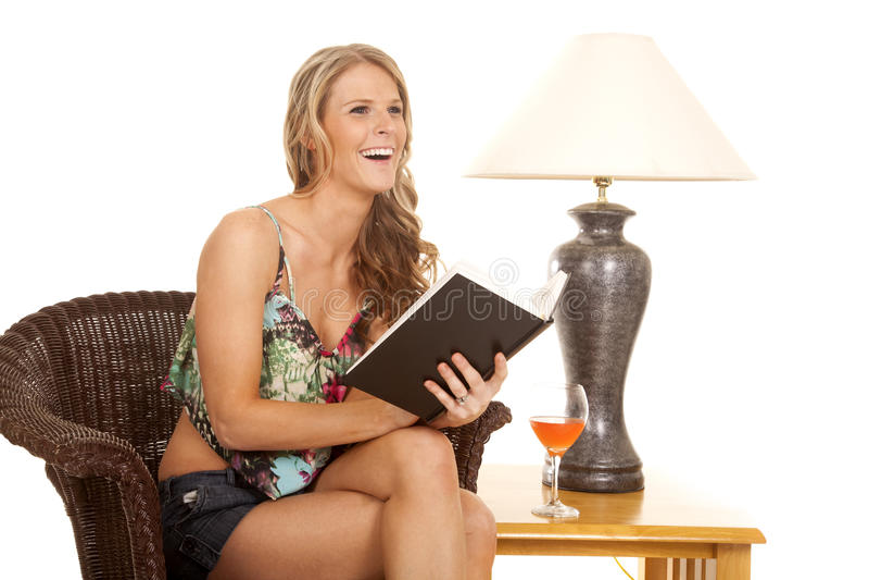 Чтение женщины смехом лампы стоковое изображение rf
