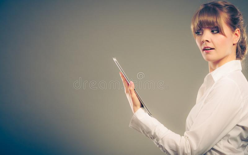 Чтение женщины уча с ebook Образование стоковые изображения