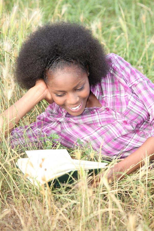 Чтение женщины стоковые изображения rf