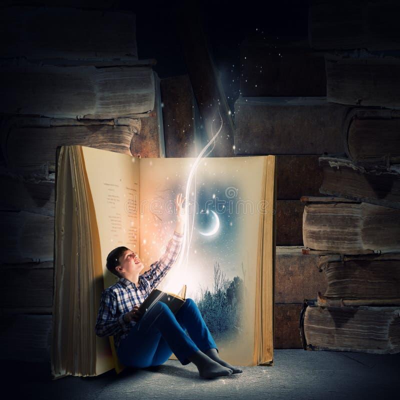 Чтение и воображение стоковые изображения rf