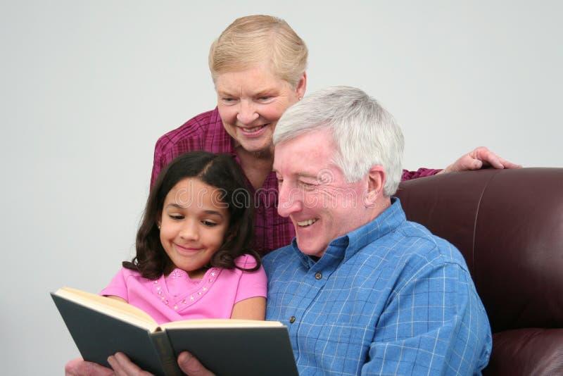 чтение книги Grandfather Стоковая Фотография