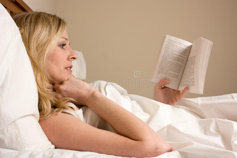 чтение кровати стоковые фото