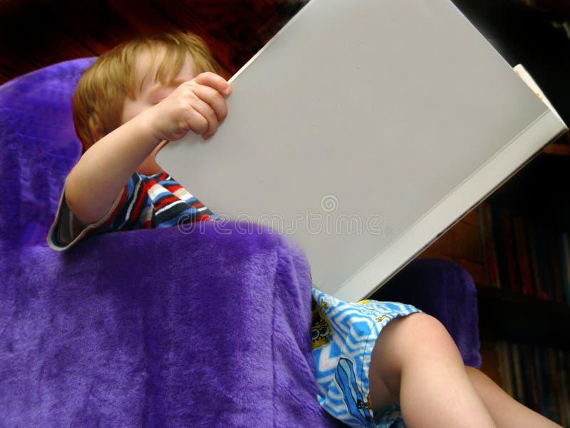 Download чтение мальчика стоковое фото. изображение насчитывающей раньше - 83582