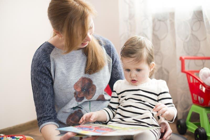 чтение мамы дочи книги стоковые фотографии rf