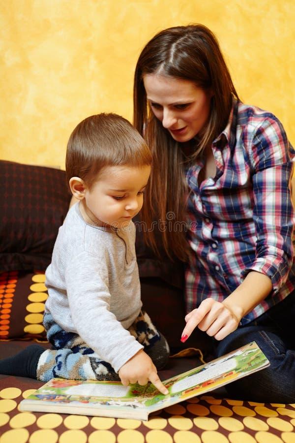 Чтение матери и сына стоковая фотография