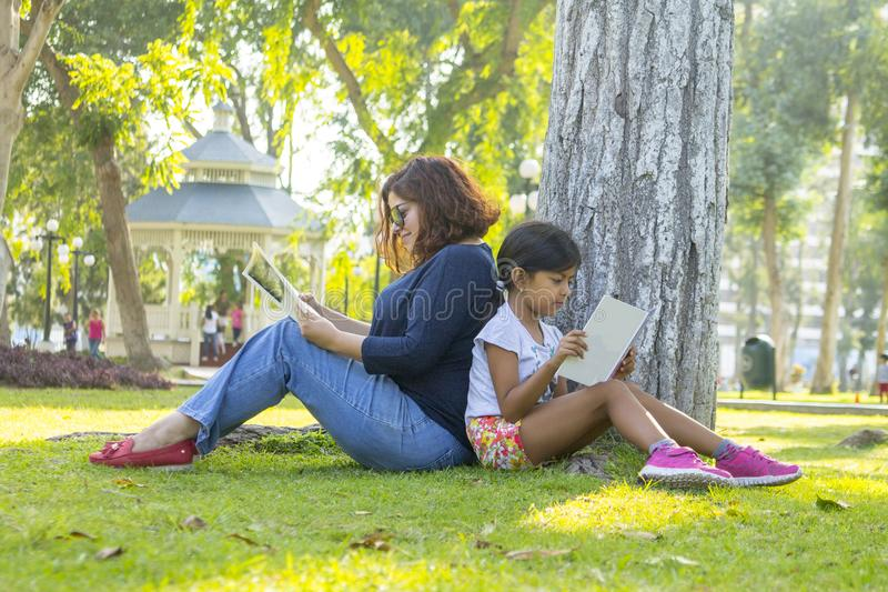 чтение мати дочи совместно стоковые фото