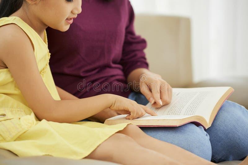 Чтение мати и дочи стоковое фото rf