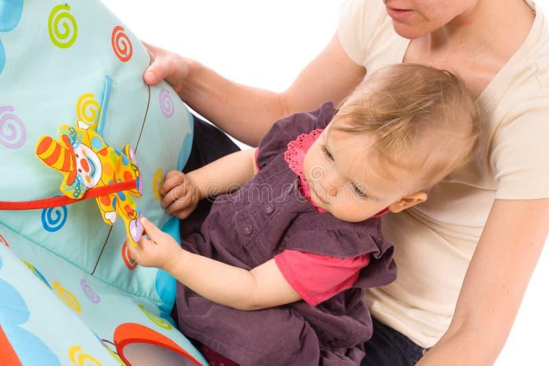 чтение мати младенца стоковые изображения rf