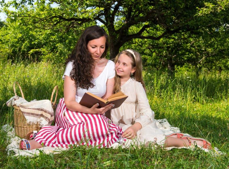 чтение мати дочи книги стоковая фотография