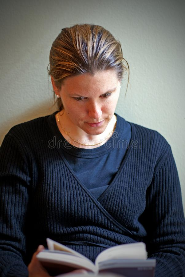 Чтение молодой женщины (2) Бесплатное Стоковое Изображение
