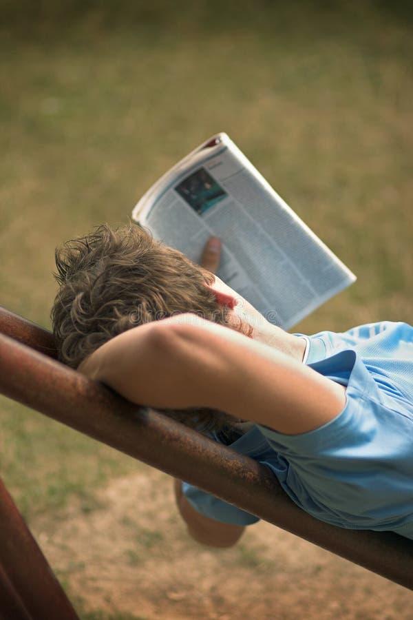 чтение парка стоковое изображение rf