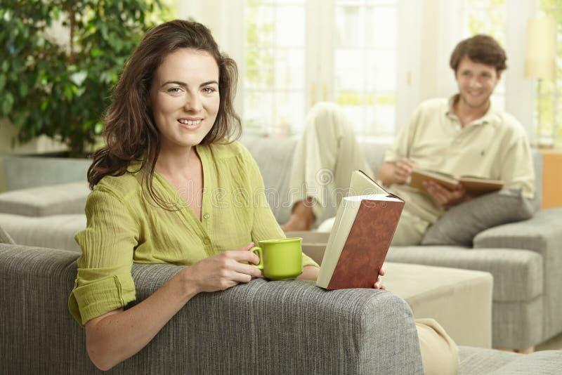 чтение пар книги счастливое стоковое фото