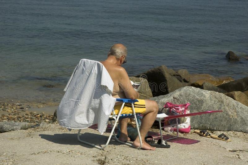 чтение пляжа Стоковые Изображения RF