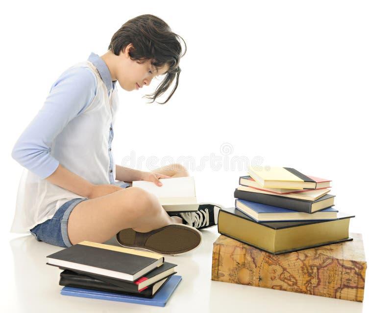 Чтение подростка стоковое изображение rf