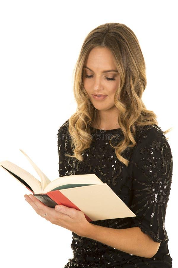 Чтение платья женщины черное сияющее стоковое изображение rf