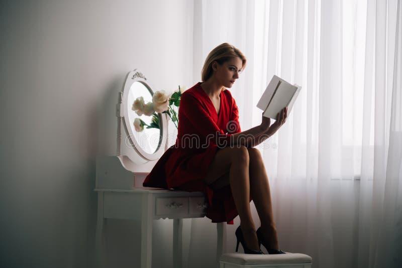 Чтение рассказа рассказ чтения женщины в спальне чтение рассказа после рабочего дня книга предпосылки создала женщину чтения ps Б стоковое фото rf