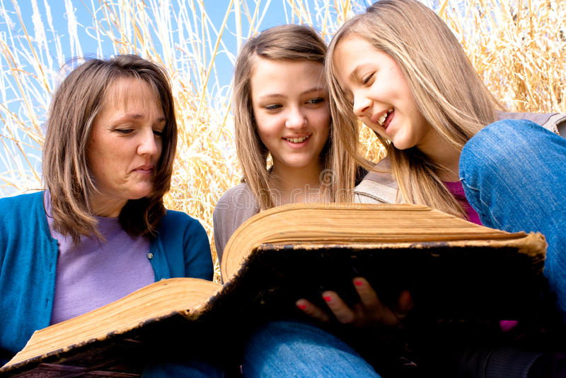 чтение семьи библии стоковое фото rf