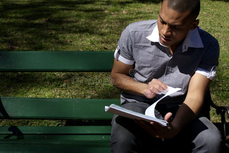 Чтение студента афроамериканца Outdoors стоковые фото