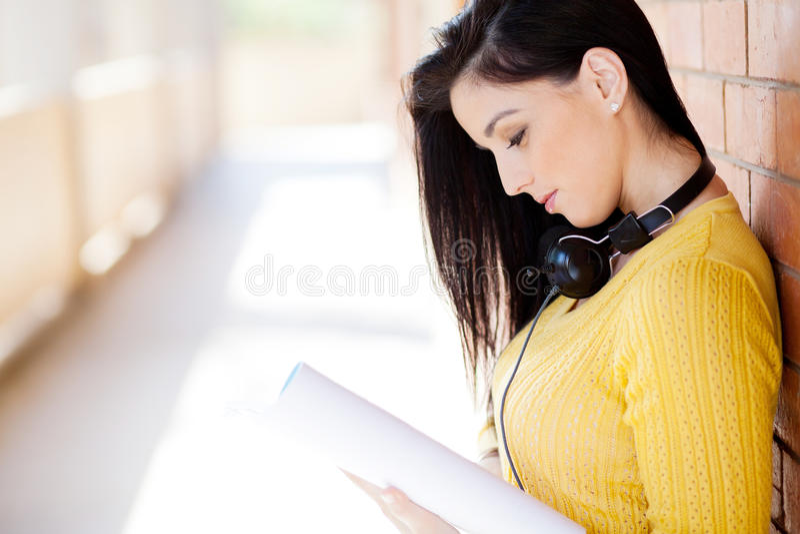 Чтение студента университета стоковое изображение rf