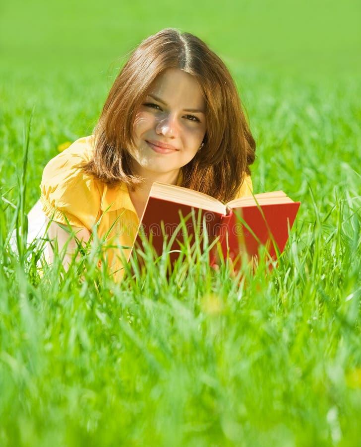 чтение травы девушки книги стоковые изображения rf