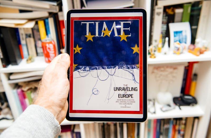 Чтение человека на iPad Pro о будущем журнала Тайм Европы стоковая фотография