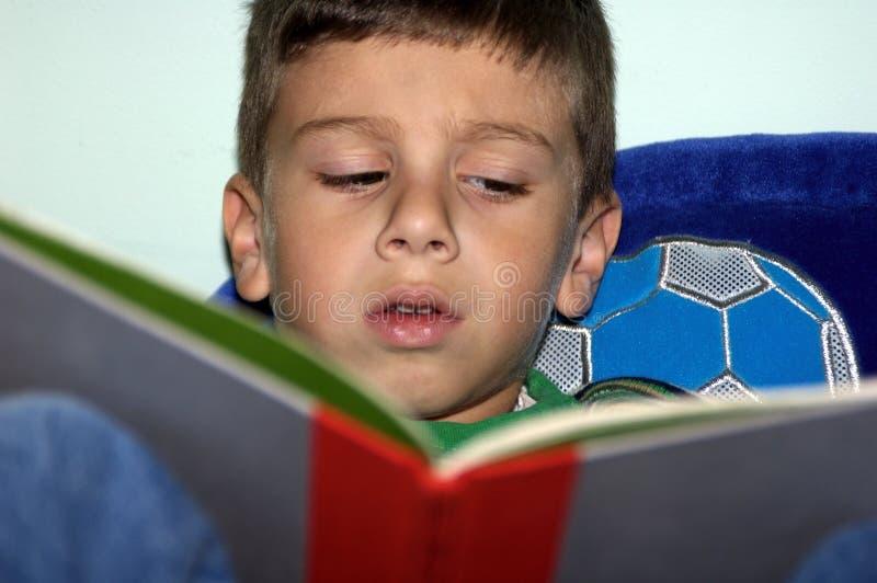 чтение 2 мальчиков Стоковое Фото