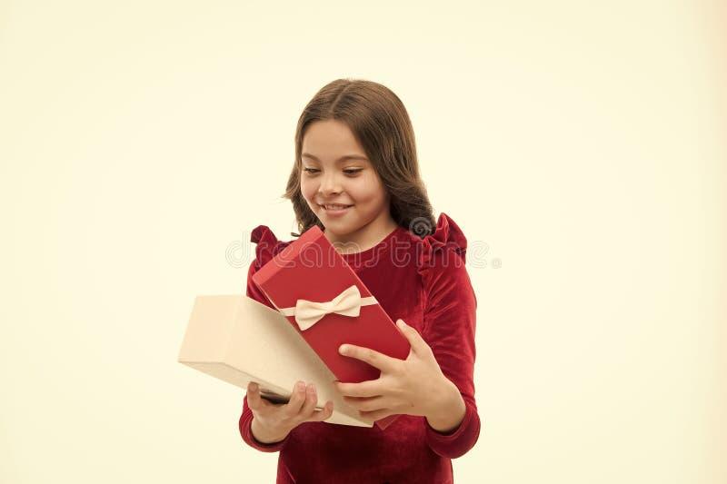 Что внутренне Немногое подарочная коробка ребенка открытая Небольшая девушка получила подарок на день рождения Немногое девушка д стоковые фото
