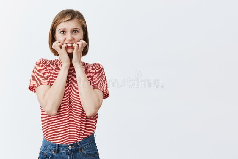 Что если кто-то будет, то знало мои грязные секреты Портрет оглушенной встревоженной европейской женщины с белокурой короткой стр стоковое изображение rf