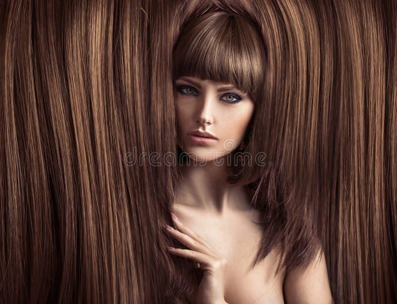Чувственная дама с пушистым coiffure стоковая фотография