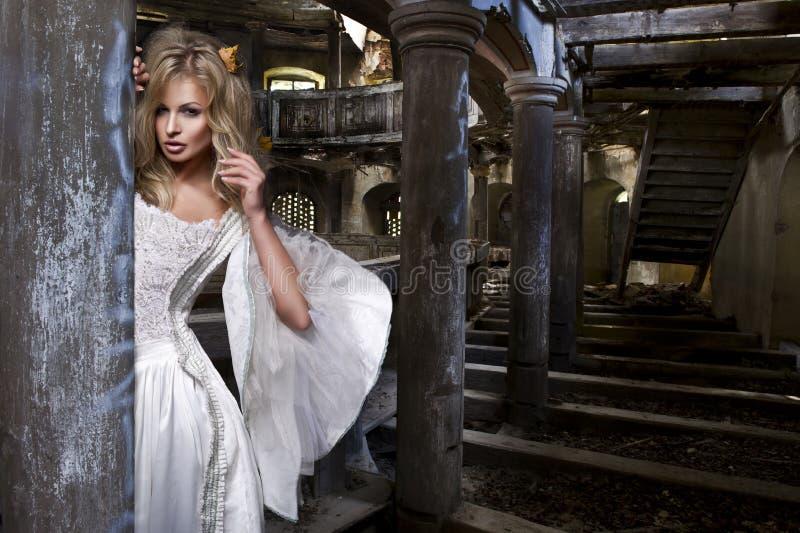 Чувственная белокурая женщина в белом платье стоковое фото rf