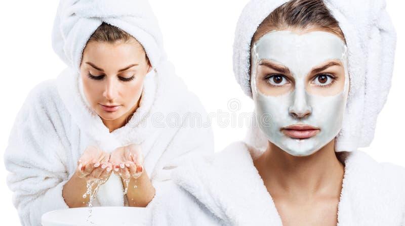 Чувственная женщина в купальном халате и полотенце ванны на голове стоковые фото