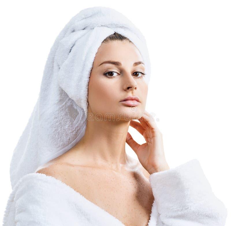Чувственная женщина в купальном халате и полотенце ванны на голове стоковые фотографии rf