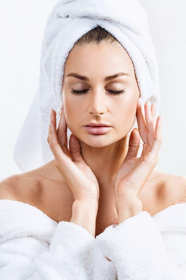 Чувственная женщина в купальном халате и полотенце ванны стоковое изображение