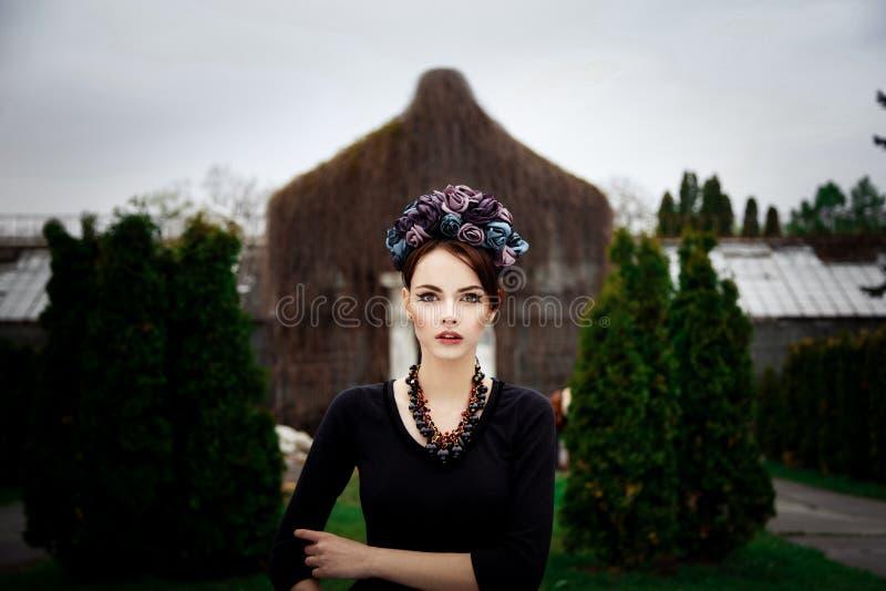 Чувственная женщина в флористическом венке стоковая фотография rf