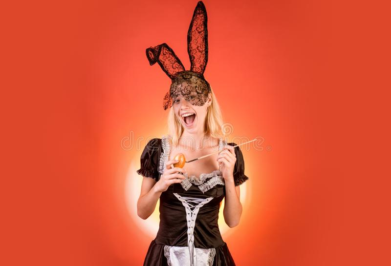 Чувственная женщина получает готовой на праздник пасхи Счастливая картина молодой женщины eggs на поданной предпосылке пасха счас стоковая фотография