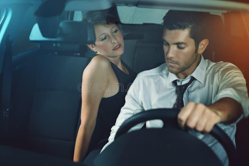 Чувственная женщина сокращая ее chauffeur стоковое фото rf